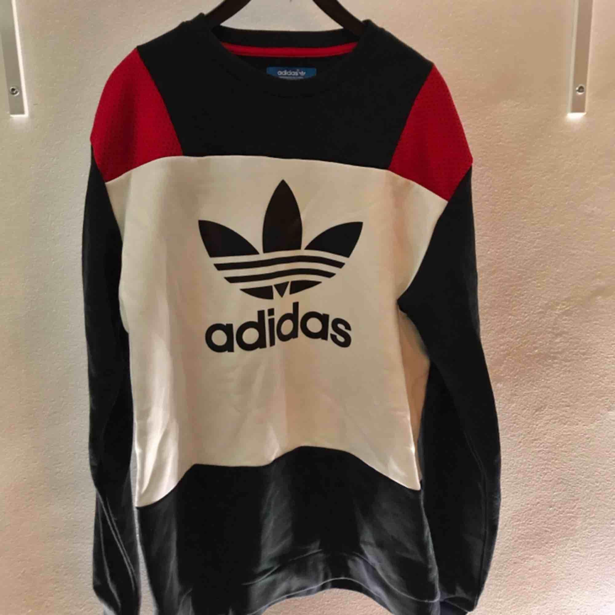 Crewnecktröja ifrån Adidas. Denna tröja har endast prövats, så gott som ny. Lite tjockare material på tyget. Även denna köpt ifrån Junkyard.se - (599kr)  Frakten är inräknad i priset. . Tröjor & Koftor.