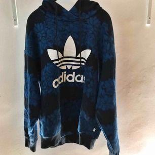 Superskön hoodie ifrån Adidas. Använd fåtal gånger utan något slitage. Köpt på Junkyard.se (699kr)  Frakten är inräknad i priset