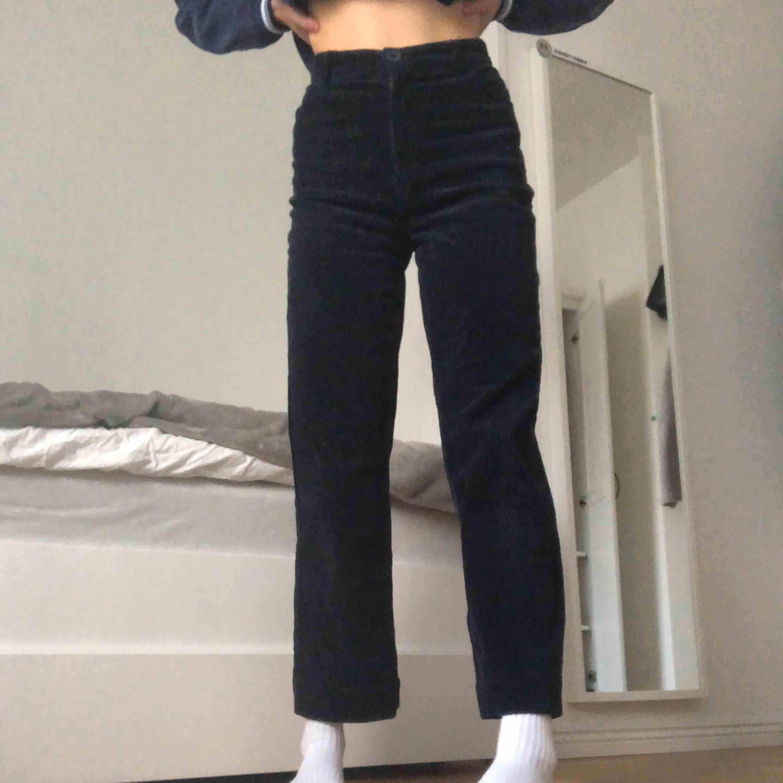 Säljer dessa blåa manchesterbyxor från monki. Använda ett flertal gånger och fortfarande i bra skick! Köparen står för frakt och kan mötas upp i Stockholm!💞💞. Jeans & Byxor.