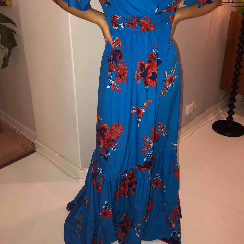 Super fin oanvänd klänning. Mycket härligt material och super skön🌼🌸. Klänningar.