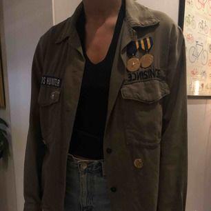 Super fin jacka i militärgrön med snygga detaljer. Passar även xs/s🌼🌸🌹🌟💫