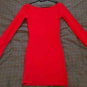 Röd klänning Klänning från h&m Storlek 32 Pris 100 kr