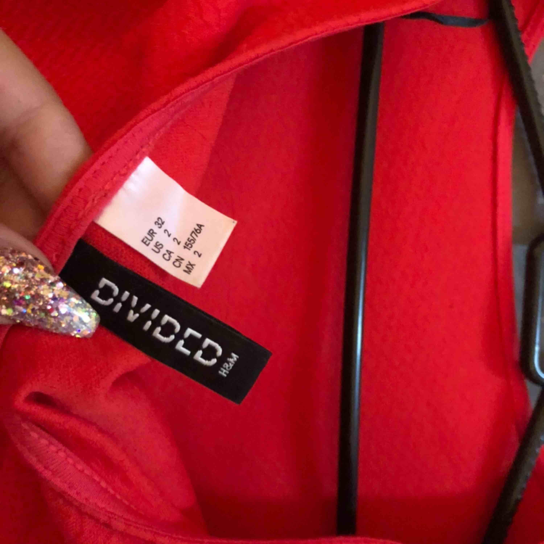Röd klänning Klänning från h&m Storlek 32 Pris 100 kr. Klänningar.