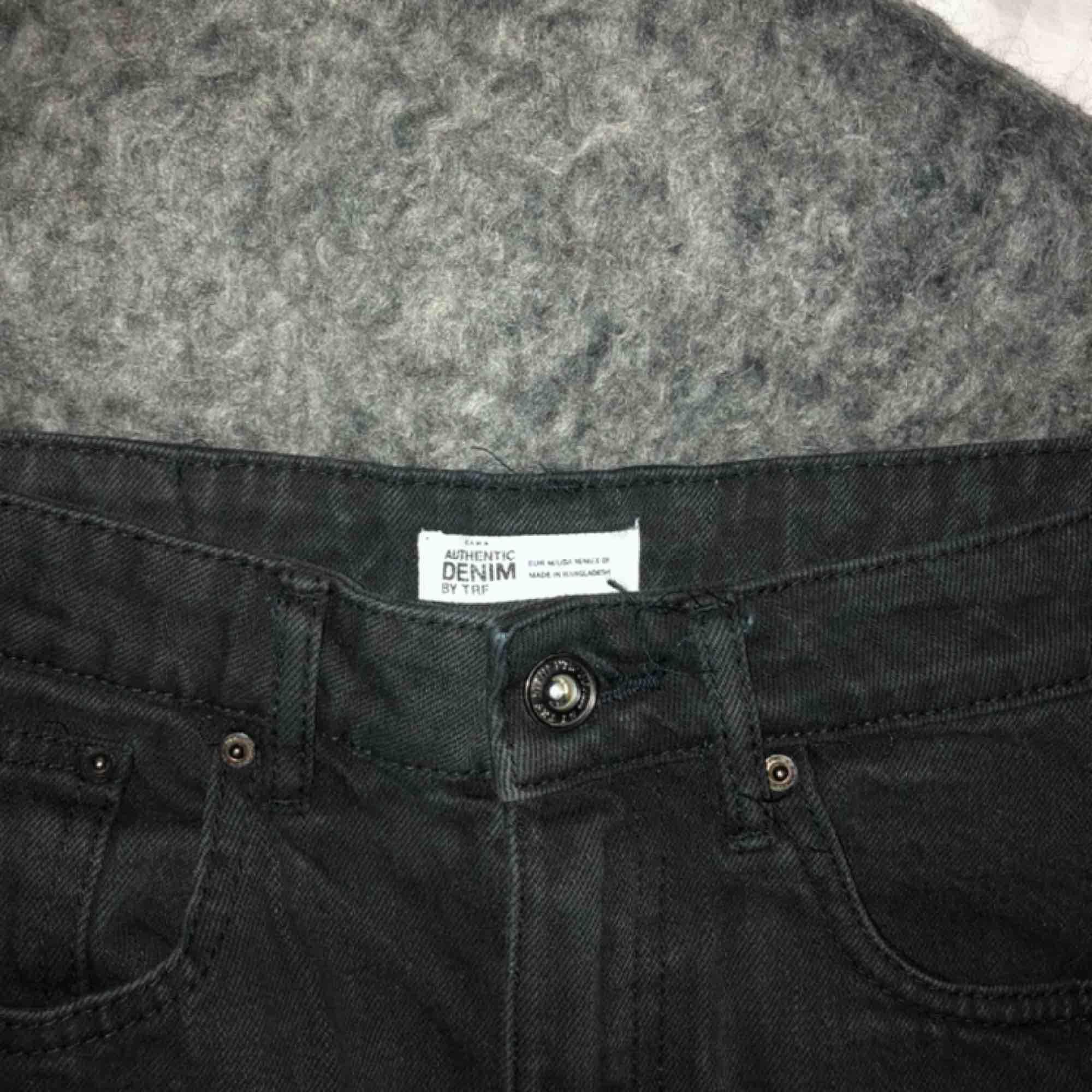 Svart kjol från Zara med slitningar nertill! Är i storleken M men passar mer en liten S eller XS.. väldigt bra kvalité! . Kjolar.