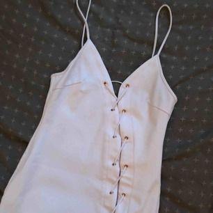 Vit klänning Endast testad klänning från rebeccastella  Storlek XS