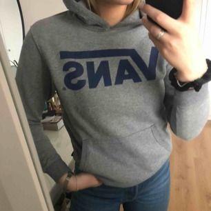 Grå Vans hoodie med mörkblå logga, är i storleken M men passar mer s-xs! Relativt tunt material som fortfarande är mjukt!