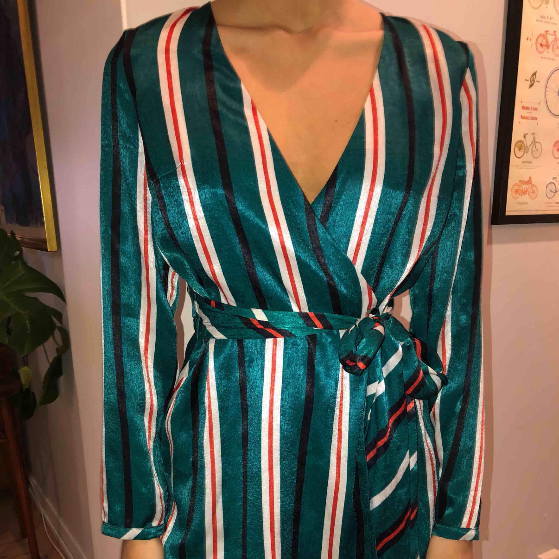 Super fin klänning/byxdress i silke🌼🌸. Klänningar.