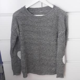 Supermysig grå stickad tröja. Den har gulliga, mjuka hjärtan som sitter ungefär vid armbågarna. Frakt ingår i priset! Plagget är tyvärr lite nopprig (se bild 3)