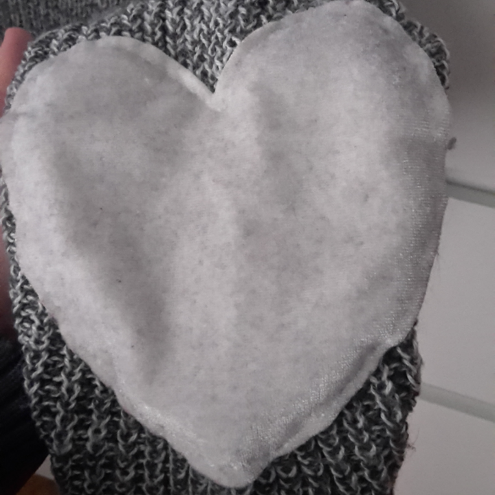 Supermysig grå stickad tröja. Den har gulliga, mjuka hjärtan som sitter ungefär vid armbågarna. Frakt ingår i priset! Plagget är tyvärr lite nopprig (se bild 3). Tröjor & Koftor.