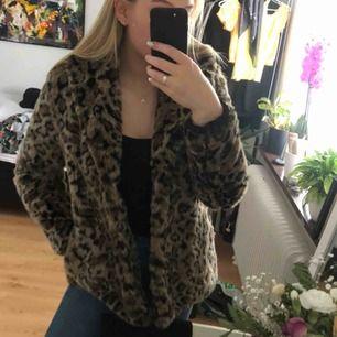 Leopard jacka från H&M, nypris 1000, använd 1-2 gånger! Mycket skön och väldigt bra höstjackan!