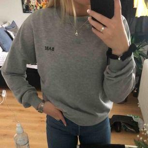 En grå sweatshirt från NA-KD, nyligen köpt och använd max 2 gånger! Jätte mysig och skön har dock inte kommit till användning!