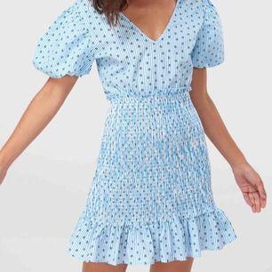 Säljer denna fina och helt oanvända klänning från NA-KD. Frakt: 59kr