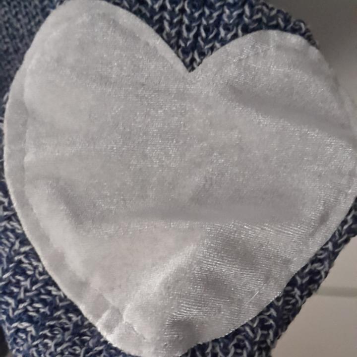 Supermysig blå stickad tröja (färgen syns bättre på bild 2). Den har gulliga hjärtan som sitter ungefär vid armbågarna.  Frakt ingår i priset! . Tröjor & Koftor.