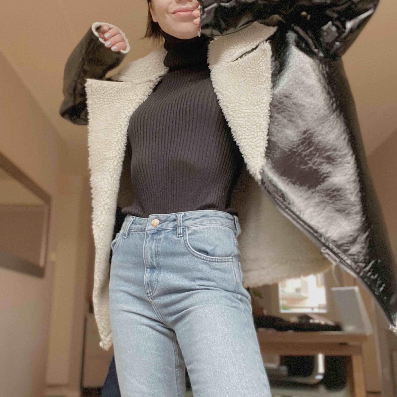 Säljer en helt oanvänd jacka som köptes från ASOS härom veckan! Helt i nyskick och aldrig använd, säljer p.g.a att jag fick en annan vinterjacka som jag valt att använda istället för denna! Priset är exkl. frakt, priset inkl. frakt är 300 kr :) . Jackor.