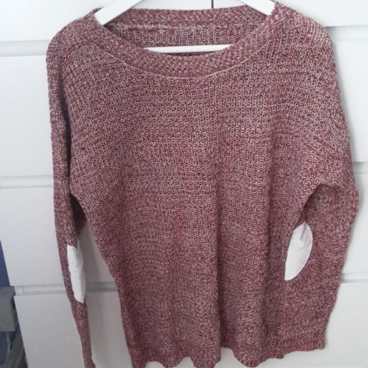 Supermysig röd tröja som passar perfekt nu till hösten/vintern. Knappt använd. Den har gulliga hjärtan vid armbågarna.. Tröjor & Koftor.