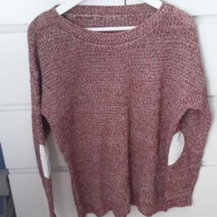 Supermysig röd tröja som passar perfekt nu till hösten/vintern. Knappt använd. Den har gulliga hjärtan vid armbågarna.
