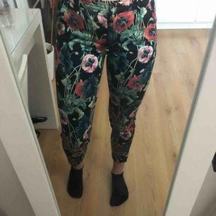 Blommiga kostymbyxor från H&M, är i storleken 34 men passar mig som har 38! Väldigt mjuka och strechmaterial