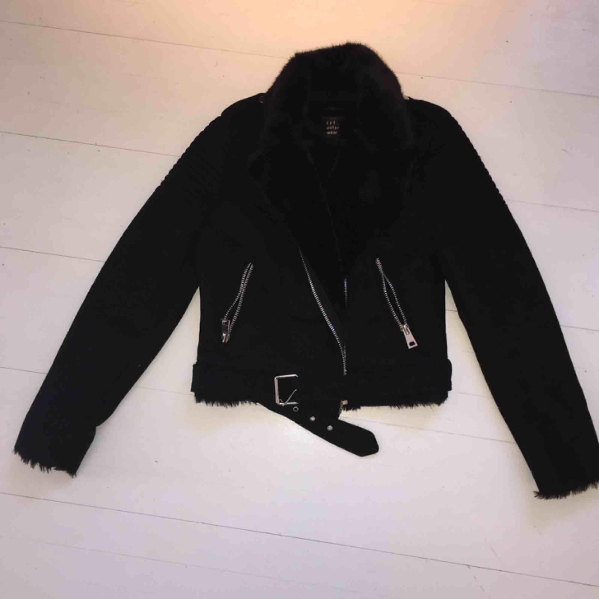 Snygg, oanvänd mocka jacka från Zara Är i strlk XS / S , rätt tight Jag kan mötas upp i Stockholm och Nacka, annars står köparen för frakt!. Jackor.