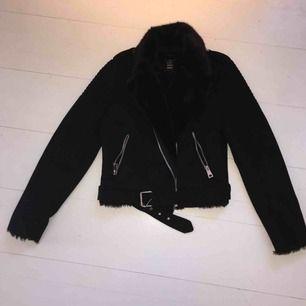 Snygg, oanvänd mocka jacka från Zara Är i strlk XS / S , rätt tight Jag kan mötas upp i Stockholm och Nacka, annars står köparen för frakt!