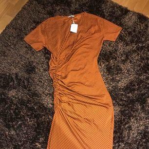 Ny klänning från Zara. Snygg stretch i höstlig färg.