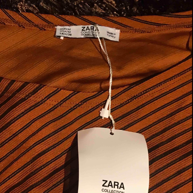 Ny klänning från Zara. Snygg stretch i höstlig färg.. Klänningar.