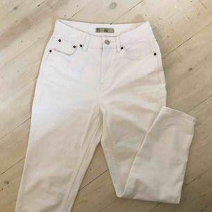 Säljer mina vita mom jeans som är för små. Sitter som en smäck och som nya🥰 frakt tillkommer
