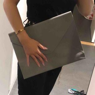 Datorfodral i grå färg, stilrent och snyggt! Passar datorer i storleken 13 tum och nedåt. Först i kvarn😍