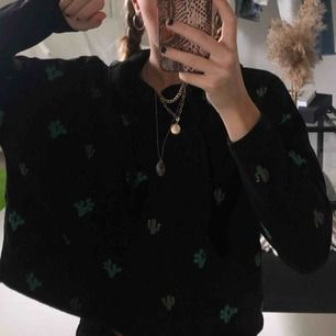 """Kaktus printad hoodie. As cool och bekväm att ha på sig till exempel i skolan. """"avklippt"""" från början. Frakten ingår!!😍"""