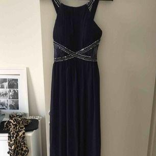 Lång klänning som passar utmärkt till bal och liknande  Aldrig använd pga beställde fler men har ej skickat tillbaka denna igen! Kan mötas upp i stockholm eller frakta
