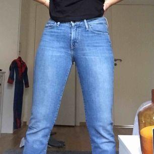 Perfekta levis jeans, säljer pga ingen användning längre  Kan mötas upp i Stockholm eller frakta