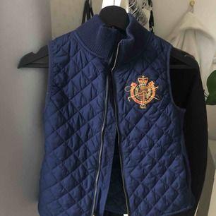marinblå väst från Ralph Lauren, i fint skick och säljer pga för liten!