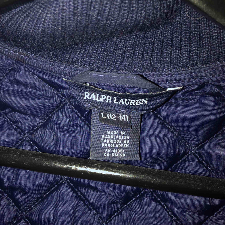 marinblå väst från Ralph Lauren, i fint skick och säljer pga för liten!. Jackor.