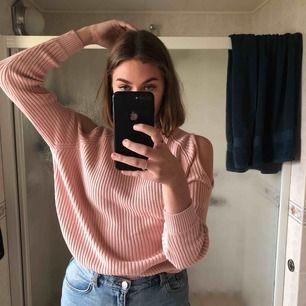 Skitfin rosa sweatshirt med coola hål vid axlarna💓