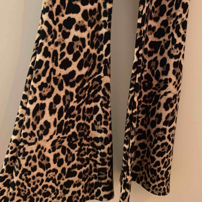 Leopardmönstrad tight jumpsuit i mjukt stretchigt material. Tunna axelband som korsar i ryggen, utsvängda ben. Köpt för bara några månader sen, använd 1 gång, felfritt skick! Perfekt för halloween eller fest eller med en stor tröja över 🐆 . Övrigt.