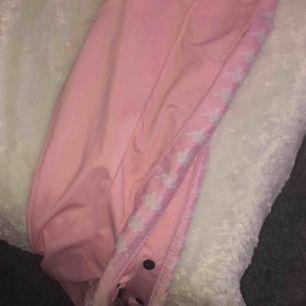 Super fina byxor från kappa. Köpt av en annan användare från plick för ca 400 kr. Märket var borta sen innan men de är inget man tänker på. Du betalar frakt.