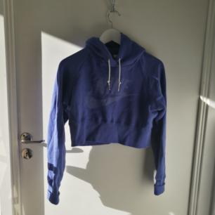 Cute croppad Nike hoodie söker nytt hem! Använd någon enstaka gång och sedan bara legat i garderoben.  Frakt 63 kr, skickas med Skicka lätt. 🌞💕