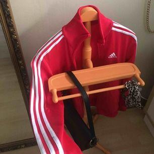 Adidas kofta i röd!!! Bra skick! Storlek 164cm men passar en S.  Frakt tillkommer❤️