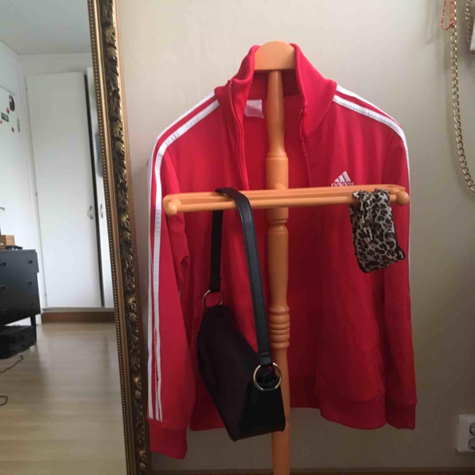 Adidas kofta i röd!!! Bra skick! Storlek 164cm men passar en S.  Frakt tillkommer❤️. Huvtröjor & Träningströjor.