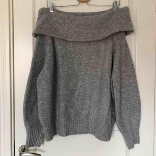 Stickad off-shoulder tröja från H&M som jag säljer då den inte används. Sitter ganska löst på vilket blir snyggt over-sized. Färgen överensstämmer allra bäst på de två sista bilderna. Köparen står för frakten men möts också gärna upp.