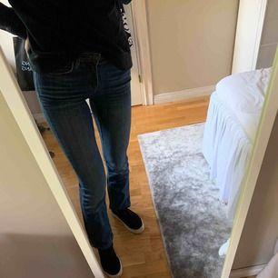 Jättefina bootcut jeans från märket Dobber i fint skick. Storlek 25. Frakt 63 kr, då paketet även är spårbart.