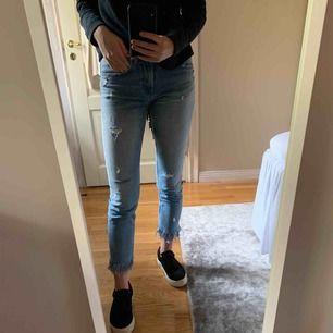 """Jeans från zara som är fransiga nertill. På ena benet står det """"Don't be a fool..."""" och på andra """"...and buy me a dream"""". Storlek 34, jättesnygga i fint skick. 63 kr frakt, då paketet är spårbart."""