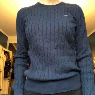 En kabelstickad gant tröja i marinblå. Knappt använd. Köpare står för frakt