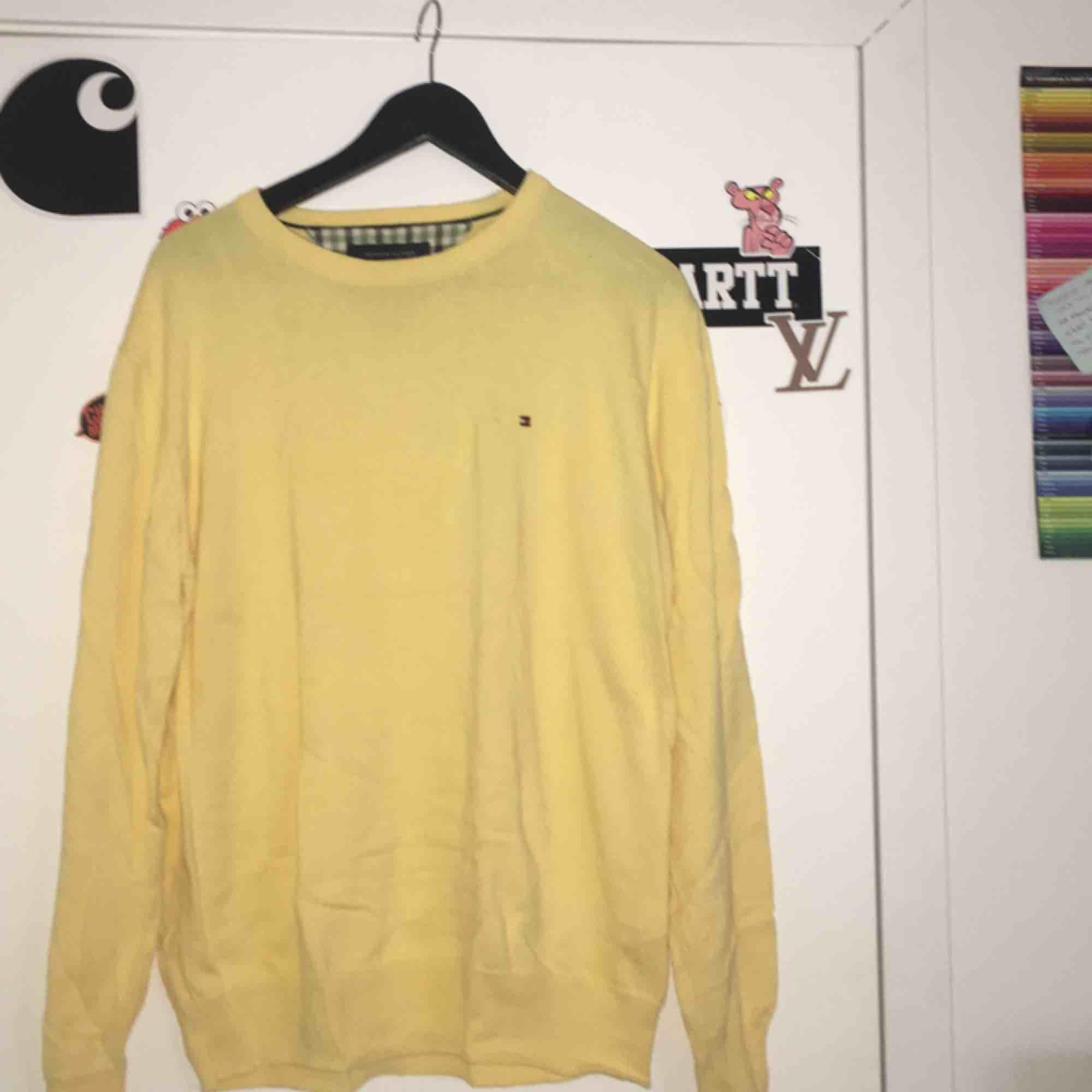 Gul tröja från Tommy Hilfiger! Köpt second hand & är i väldigt bra skick! Står inte storlek men tycker den sitter som en M. Frakt tillkommer💫. Huvtröjor & Träningströjor.