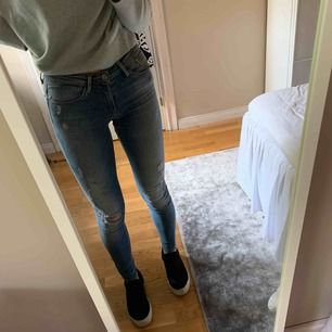 Fina jeans från Only med slitningar. Använda fåtal gånger och därmed i fint skick. Storlek 26/32. Frakt 63 kr då paketet är spårbart