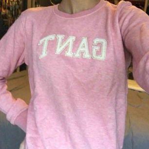 Rosa gant tröja från barnavdelningen, passar en xs! Använd ca 1 gång. Köpare står för frakt.