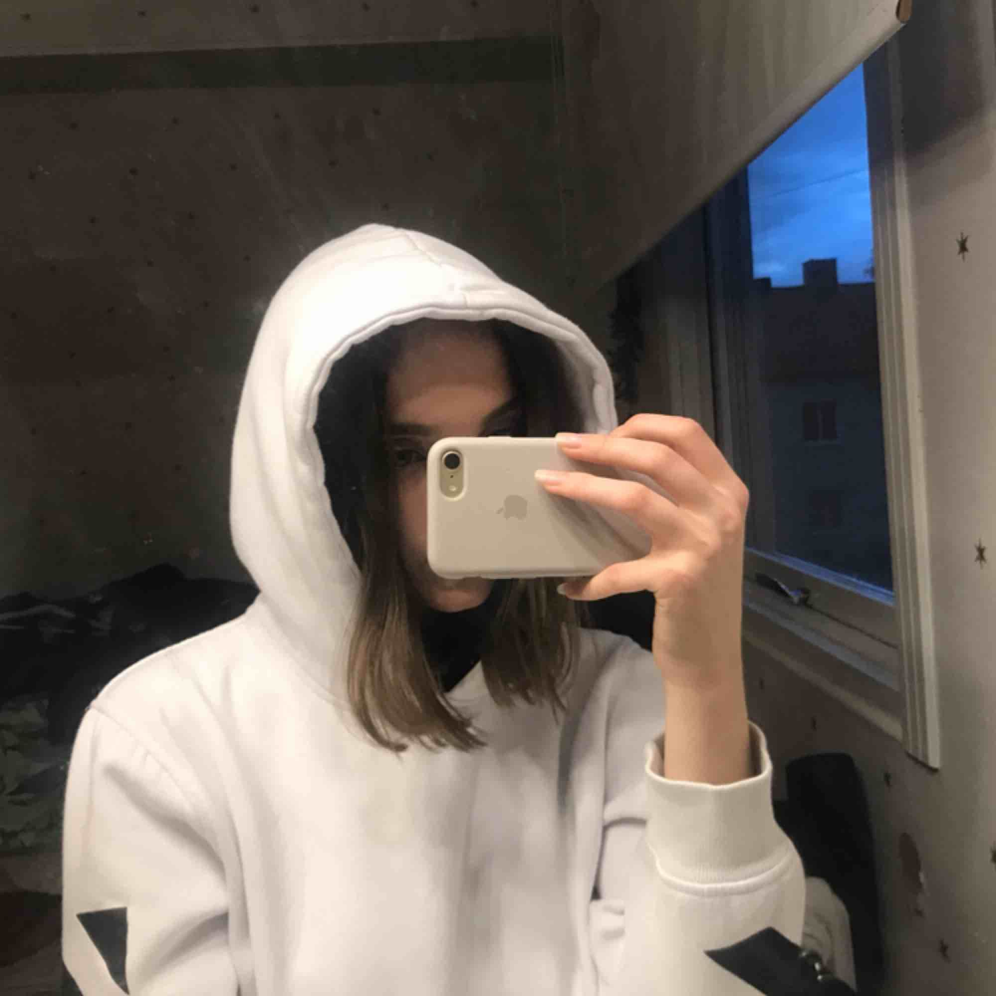 Jättemysig Off-white hoodie i bra skick. Stort tryck på baksidan av hoodien och har en stor skön luva :) . Huvtröjor & Träningströjor.