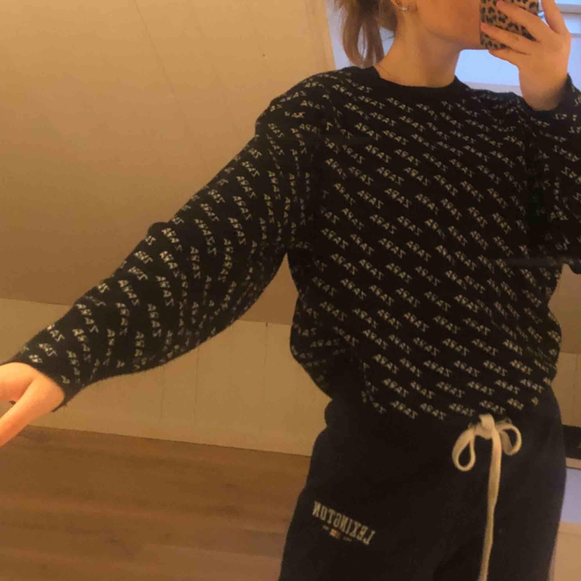 Populär tröja från zara<3 köpt för ca ett år sedan men inte använt alls mycket, jag är 165 cm och såhär sitter strl M på mig! . Stickat.