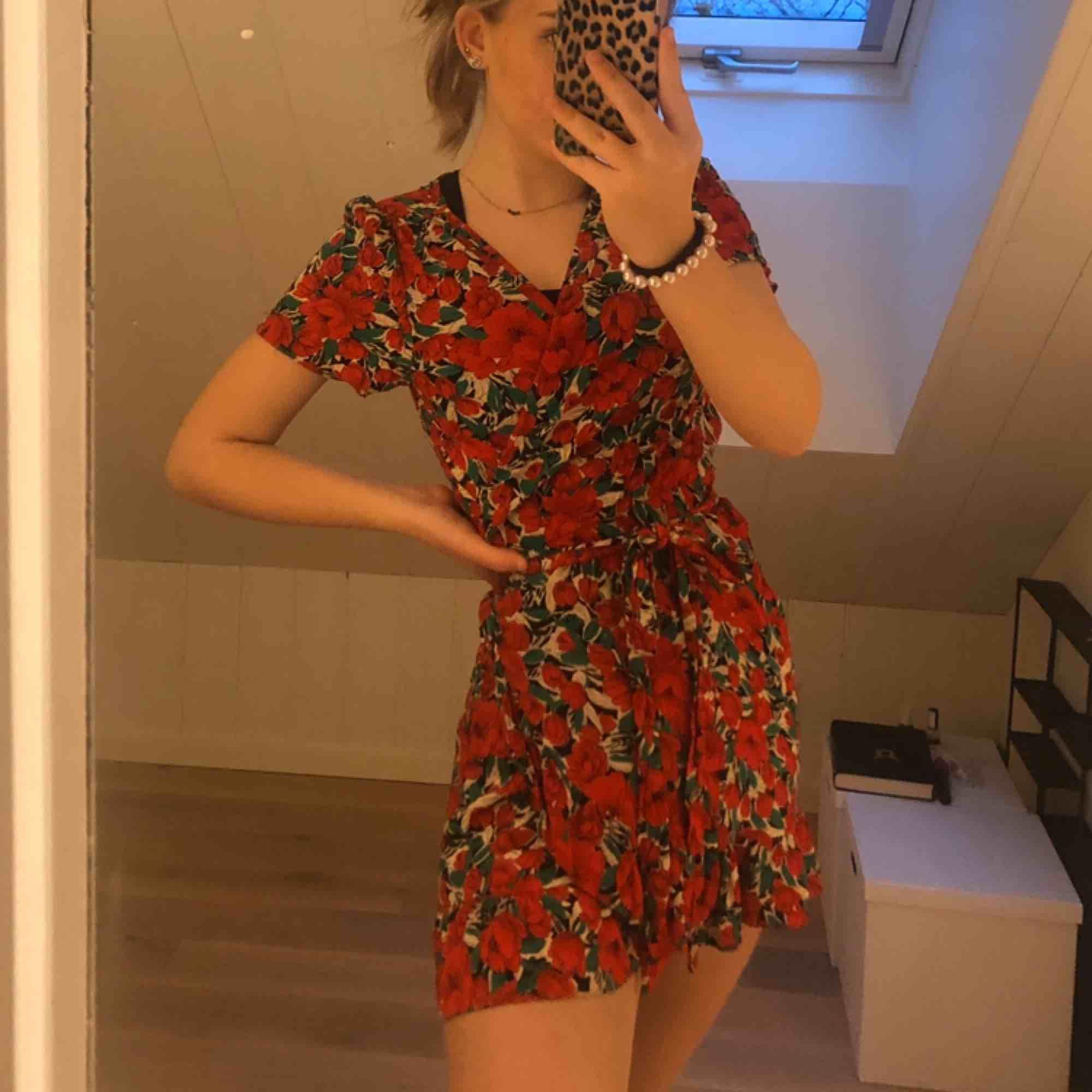 Omlott klänning från zara:) superfin och HELT OANVÄND då jag tycker att den är lite för kort;)  240 inkl frakt!. Klänningar.