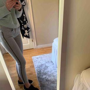 Så så så snygga grå jeans från zara, med glitterrevärer. Säljer pga tyvärr förstora för mig. Använda 3 gånger. Storlek 38. Frakt 63 kr då paketet är spårbart
