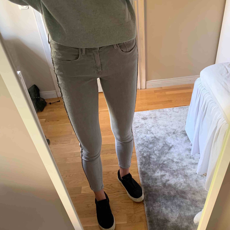 Så så så snygga grå jeans från zara, med glitterrevärer. Säljer pga tyvärr förstora för mig. Använda 3 gånger. Storlek 38. Frakt 63 kr då paketet är spårbart. Jeans & Byxor.